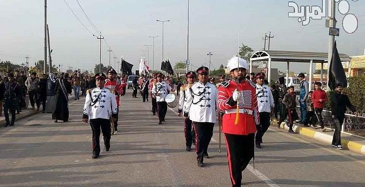 الجوق الموسيقي لشرطة واسط يعزف الحانا وطنية لجموع الزائرين المتجهين الى كربلاء